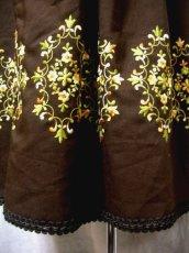 画像5: 見事な刺繍×スカート裾リボン装飾 花柄刺繍が可愛い ブラウン ディアンドル チロルワンピース ドイツ民族衣装 舞台 演奏会 フォークダンス オクトーバーフェスト 【1631】 (5)