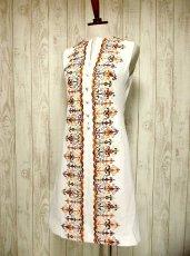 画像2: ヨーロッパヴィンテージ×刺繍だけで主役級×ぷっくり刺繍が可愛い×キレイなシルエットラインヴィンテージワンピース (2)