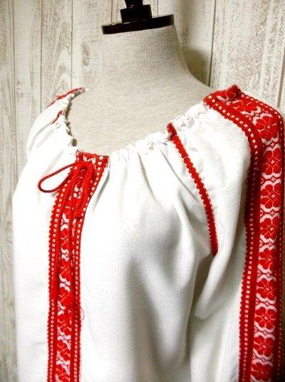 画像2: 刺繍が可愛すぎる 袖にもたっぷり贅沢刺繍 胸元リボン結び ヨーロッパ古着 ヴィンテージ長袖スモックブラウス【2713】