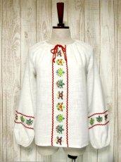 画像1: お花刺繍がキュート ふんわり袖 胸元リボン結び ヨーロッパ古着 ヴィンテージ長袖スモックブラウス【2712】 (1)