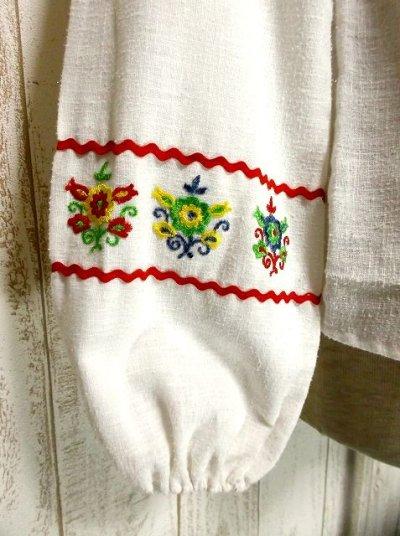 画像3: お花刺繍がキュート ふんわり袖 胸元リボン結び ヨーロッパ古着 ヴィンテージ長袖スモックブラウス【2712】