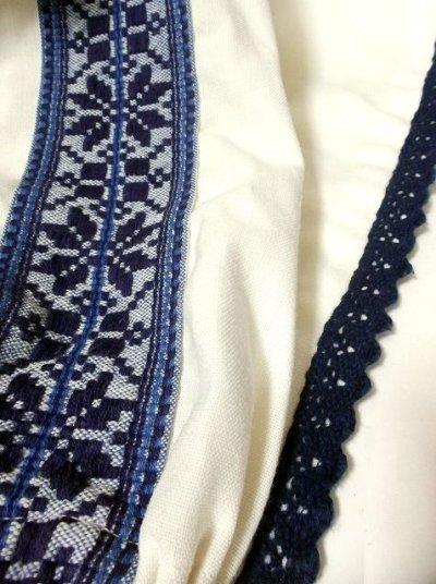 画像3: お花刺繍が素敵 ふんわり袖 レース装飾・首元リボン結び ヨーロッパ古着 大人っぽいヴィンテージスモックブラウス【2767】