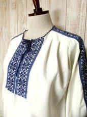 画像2: お花刺繍が素敵 ふんわり袖 レース装飾・首元リボン結び ヨーロッパ古着 大人っぽいヴィンテージスモックブラウス【2767】 (2)