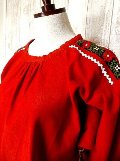 画像2: お花刺繍チロルテープ×リボン装飾が可愛い ヨーロッパ古着 ヴィンテージスモックブラウス 赤【2765】