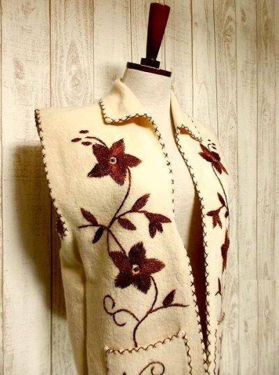 画像1: ☆ ヨーロッパ古着 見事なフラワー刺繍♪ステッチも可愛い貴重な逸品☆フォークロアヴィンテージベスト ☆
