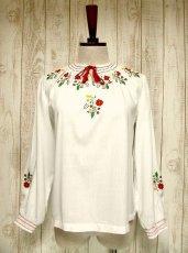 画像1: お花刺繍がキュート 胸元リボン結び ヨーロッパ古着 ガーリーなヴィンテージ長袖スモックブラウス【2915】 (1)