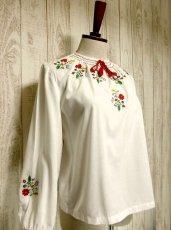 画像2: お花刺繍がキュート 胸元リボン結び ヨーロッパ古着 ガーリーなヴィンテージ長袖スモックブラウス【2915】 (2)