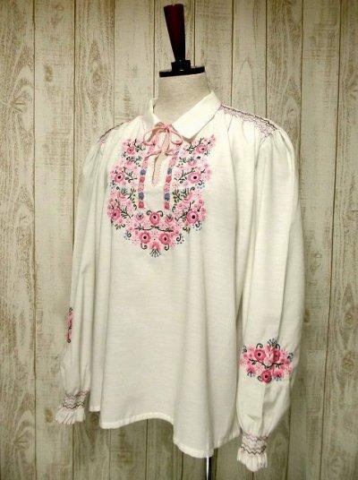 画像2: 贅沢なピンクお花刺繍が可愛すぎる 袖にも刺繍 首元リボン結び ヨーロッパ古着 乙女ヴィンテージ長袖スモックブラウス【2940】