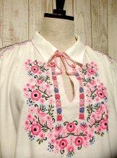 画像2: 贅沢なピンクお花刺繍が可愛すぎる 袖にも刺繍 首元リボン結び ヨーロッパ古着 乙女ヴィンテージ長袖スモックブラウス【2940】 (2)