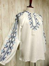 画像1: 刺繍が可愛すぎる 袖にもたっぷり贅沢刺繍 綺麗なブルーグラデーション ヨーロッパ古着 ヴィンテージ長袖スモックブラウス【2941】 (1)