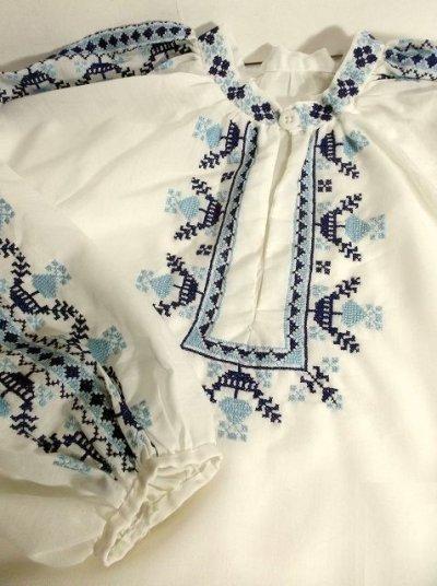 画像2: 刺繍が可愛すぎる 袖にもたっぷり贅沢刺繍 綺麗なブルーグラデーション ヨーロッパ古着 ヴィンテージ長袖スモックブラウス【2941】