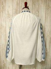 画像5: 刺繍が可愛すぎる 袖にもたっぷり贅沢刺繍 綺麗なブルーグラデーション ヨーロッパ古着 ヴィンテージ長袖スモックブラウス【2941】 (5)
