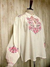 画像3: 贅沢なピンクお花刺繍が可愛すぎる 袖にも刺繍 首元リボン結び ヨーロッパ古着 乙女ヴィンテージ長袖スモックブラウス【2940】 (3)