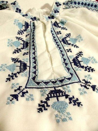 画像3: 刺繍が可愛すぎる 袖にもたっぷり贅沢刺繍 綺麗なブルーグラデーション ヨーロッパ古着 ヴィンテージ長袖スモックブラウス【2941】
