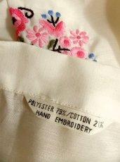 画像4: 贅沢なピンクお花刺繍が可愛すぎる 袖にも刺繍 首元リボン結び ヨーロッパ古着 乙女ヴィンテージ長袖スモックブラウス【2940】 (4)