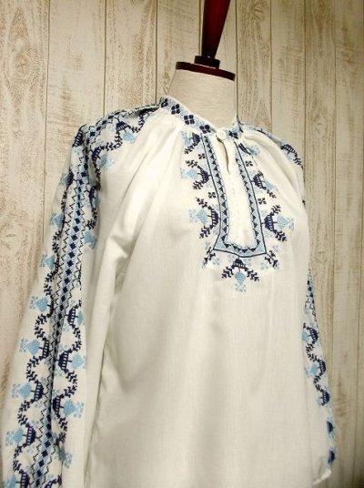 画像1: 刺繍が可愛すぎる 袖にもたっぷり贅沢刺繍 綺麗なブルーグラデーション ヨーロッパ古着 ヴィンテージ長袖スモックブラウス【2941】