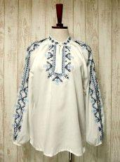 画像4: 刺繍が可愛すぎる 袖にもたっぷり贅沢刺繍 綺麗なブルーグラデーション ヨーロッパ古着 ヴィンテージ長袖スモックブラウス【2941】 (4)