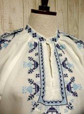 画像2: 刺繍が可愛すぎる 袖にもたっぷり贅沢刺繍 綺麗なブルーグラデーション ヨーロッパ古着 ヴィンテージ長袖スモックブラウス【2941】 (2)