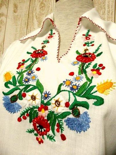 画像1: ぷっくりお花刺繍・ステッチがキュート 袖にも刺繍 ヨーロッパ古着 大人ガーリーなヴィンテージ長袖スモックブラウス【2970】