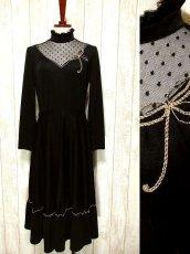 画像1: ヨーロッパ古着 ドット柄×goldリボン装飾〜♪首元・スカートフリルも素敵ー!!ふんわりスカートラインの大人クラシカルヴィンテージドレス 黒 (1)
