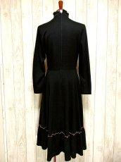 画像5: ヨーロッパ古着 ドット柄×goldリボン装飾〜♪首元・スカートフリルも素敵ー!!ふんわりスカートラインの大人クラシカルヴィンテージドレス 黒 (5)