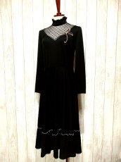 画像2: ヨーロッパ古着 ドット柄×goldリボン装飾〜♪首元・スカートフリルも素敵ー!!ふんわりスカートラインの大人クラシカルヴィンテージドレス 黒 (2)