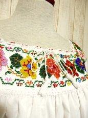 画像3: 贅沢なアンティークビーズ装飾が素晴らしい逸品 ヨーロッパ古着 乙女デザイン&フラワー 胸元リボン結び ヴィンテージスモックブラウス【3108】 (3)