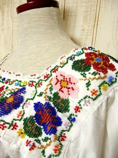 画像1: 贅沢なアンティークビーズ装飾が素晴らしい逸品 ヨーロッパ古着 乙女デザイン&フラワー 胸元リボン結び ヴィンテージスモックブラウス【3108】