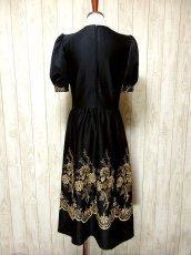 画像4: ヨーロッパ古着×贅沢なフラワー刺繍が素晴らしい×ウエストキュッとスカートふんわりライン×ふんわりパフスリーブ大人デザイン×レトロヴィンテージドレス (4)
