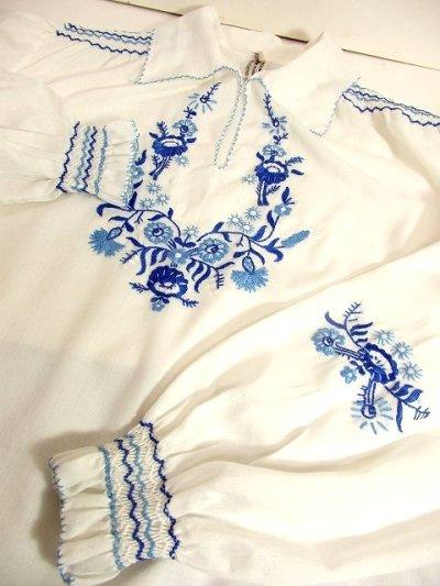 画像2: Hungary製 ぷっくりお花刺繍・ステッチ 綺麗な刺繍にうっとり 袖にも刺繍 ヨーロッパ古着 大人ガーリーなヴィンテージ長袖スモックブラウス【3161】