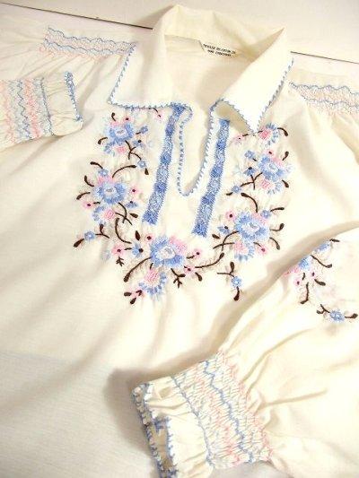 画像2: 贅沢なピンク ブルーお花刺繍 ステッチが可愛すぎる 袖にも刺繍 ヨーロッパ古着 爽やかレトロガーリーなヴィンテージ長袖スモックブラウス【3159】