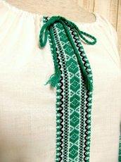 画像3: 刺繍が可愛すぎる 袖にもたっぷり贅沢刺繍 稀少なGreenカラー 胸元リボン結び ヨーロッパ古着 ヴィンテージ長袖スモックブラウス【3160】 (3)