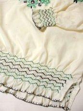 画像5: 刺繍が可愛すぎる 袖にもたっぷり贅沢刺繍 稀少なGreenカラー ヨーロッパ古着 ヴィンテージ長袖スモックブラウス【3224】 (5)