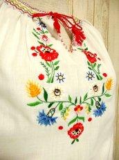 画像3: ぷっくりお花刺繍 ステッチが可愛い 袖にも刺繍 首元リボン結び ヨーロッパ古着 大人ガーリーなヴィンテージ長袖スモックブラウス【3227】 (3)