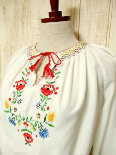 画像1: ぷっくりお花刺繍 ステッチが可愛い 袖にも刺繍 首元リボン結び ヨーロッパ古着 大人ガーリーなヴィンテージ長袖スモックブラウス【3227】