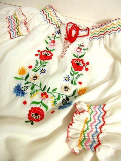 画像2: ぷっくりお花刺繍 ステッチが可愛い 袖にも刺繍 首元リボン結び ヨーロッパ古着 大人ガーリーなヴィンテージ長袖スモックブラウス【3227】