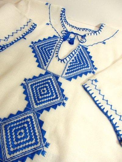 画像3: フォークロアなぷっくり刺繍が素敵 首元リボン結び 綺麗なブルーカラー刺繍にうっとり ヨーロッパ古着 ヴィンテージ半袖スモックブラウス【3234】