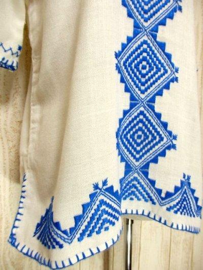 画像2: フォークロアなぷっくり刺繍が素敵 首元リボン結び 綺麗なブルーカラー刺繍にうっとり ヨーロッパ古着 ヴィンテージ半袖スモックブラウス【3234】
