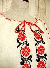画像3: レトロフォークロアなクロスステッチ刺繍が素晴らしい ステッチ刺繍もGood 首元リボン結び ヨーロッパ古着 ヴィンテージ半袖スモックブラウス【3331】 (3)