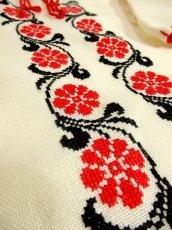 画像5: レトロフォークロアなクロスステッチ刺繍が素晴らしい ステッチ刺繍もGood 首元リボン結び ヨーロッパ古着 ヴィンテージ半袖スモックブラウス【3331】 (5)