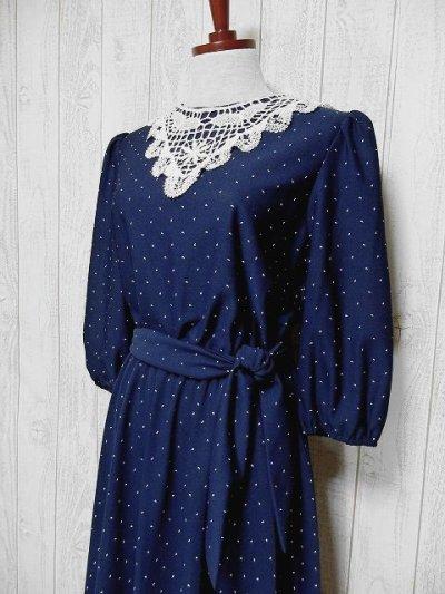 画像1: USA古着 ホワイトアンティークレース襟が可愛い♪ネイビー地に小さなカンマ柄♪が広がる 大人ガーリーヴィンテージドレス ベルト紐SET