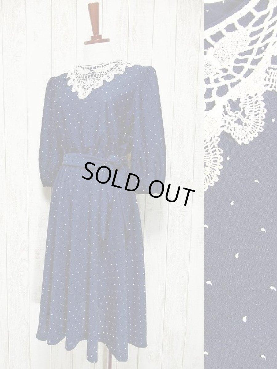 画像1: USA古着 ホワイトアンティークレース襟が可愛い♪ネイビー地に小さなカンマ柄♪が広がる 大人ガーリーヴィンテージドレス ベルト紐SET (1)