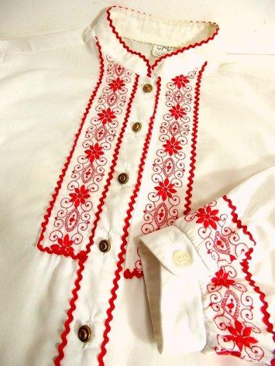 画像2: お花刺繍・クラシカル刺繍が可愛い 袖先にも見事な刺繍 ヨーロッパ古着 レトロアンティークボタン リボンテープ装飾 大人可愛いヴィンテージホワイトブラウス【3442】