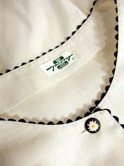 画像3: ヨーロピアンお花ボタン・胸元ポケットチーフ Blackリボンテープ装飾 ホワイト ディアンドル チロルブラウス ドイツ民族衣装 舞台 演奏会 フォークダンス オクトーバーフェスト 【3462】