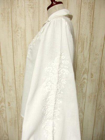 画像2: お花刺繍が素敵 袖にも贅沢刺繍 ヨーロッパ古着 ふんわり袖の大人可愛いヴィンテージスモックブラウス【3453】