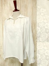 画像1: お花刺繍が素敵 袖にも贅沢刺繍 ヨーロッパ古着 ふんわり袖の大人可愛いヴィンテージスモックブラウス【3453】 (1)