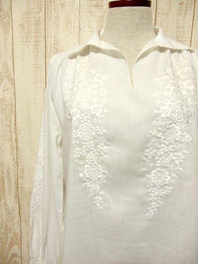 画像1: お花刺繍が素敵 袖にも贅沢刺繍 ヨーロッパ古着 ふんわり袖の大人可愛いヴィンテージスモックブラウス【3453】