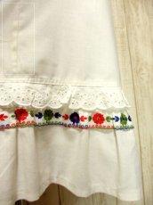 画像5: ヨーロッパ古着 ぷっくりお花刺繍&レース装飾が可愛すぎる〜!!ウエストリボン結び。 乙女デザインなヴィンテージホワイトコットンドレス (5)