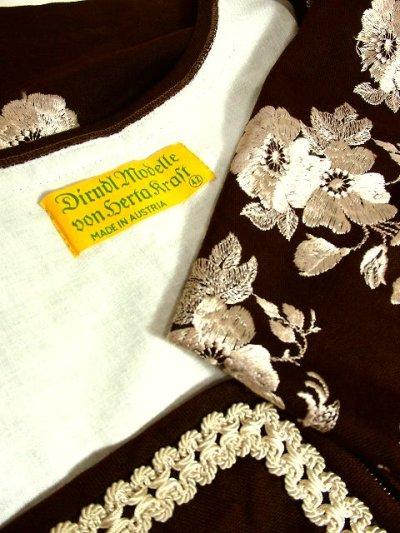 画像3: シックなブラウンカラー地に素晴らしいお花刺繍がぷっくり浮かび上がる 大人クラシカル ディアンドル チロルワンピース ドイツ民族衣装 舞台 演奏会 フォークダンス オクトーバーフェスト 【3607】