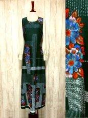 画像1: ヨーロッパ古着 ボリュームたっぷり♪ふんわりバルーン袖がキュート!!深いgreen地にドット・フラワー・レトロ柄☆フォークロア×大人可愛いヴィンテージドレス (1)